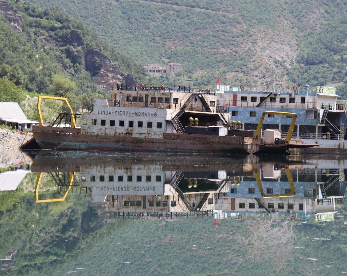 Ferry désaffectés sur le Lac de Koman